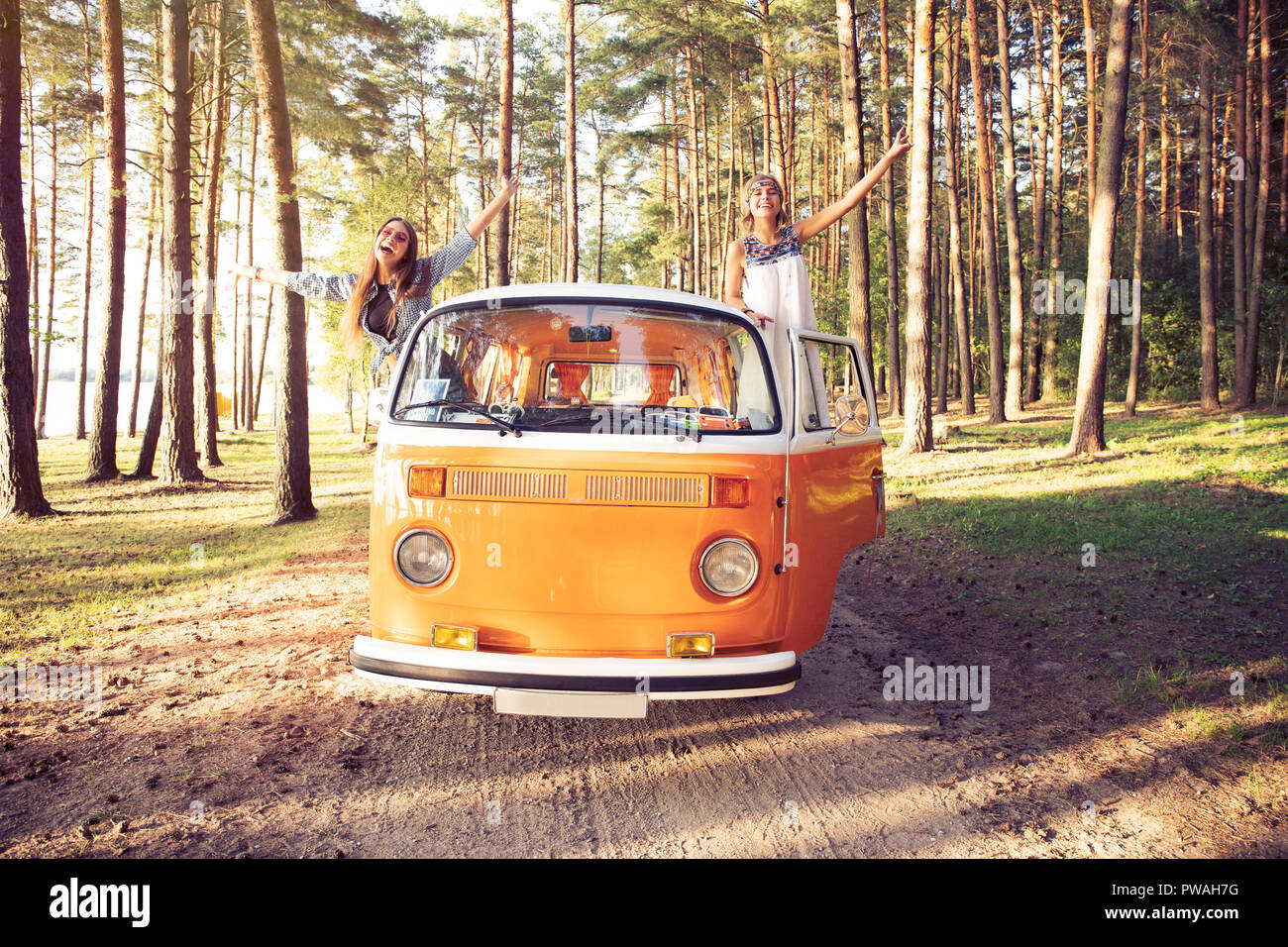 Hipster amigos de viaje por carretera en un día de verano Imagen De Stock