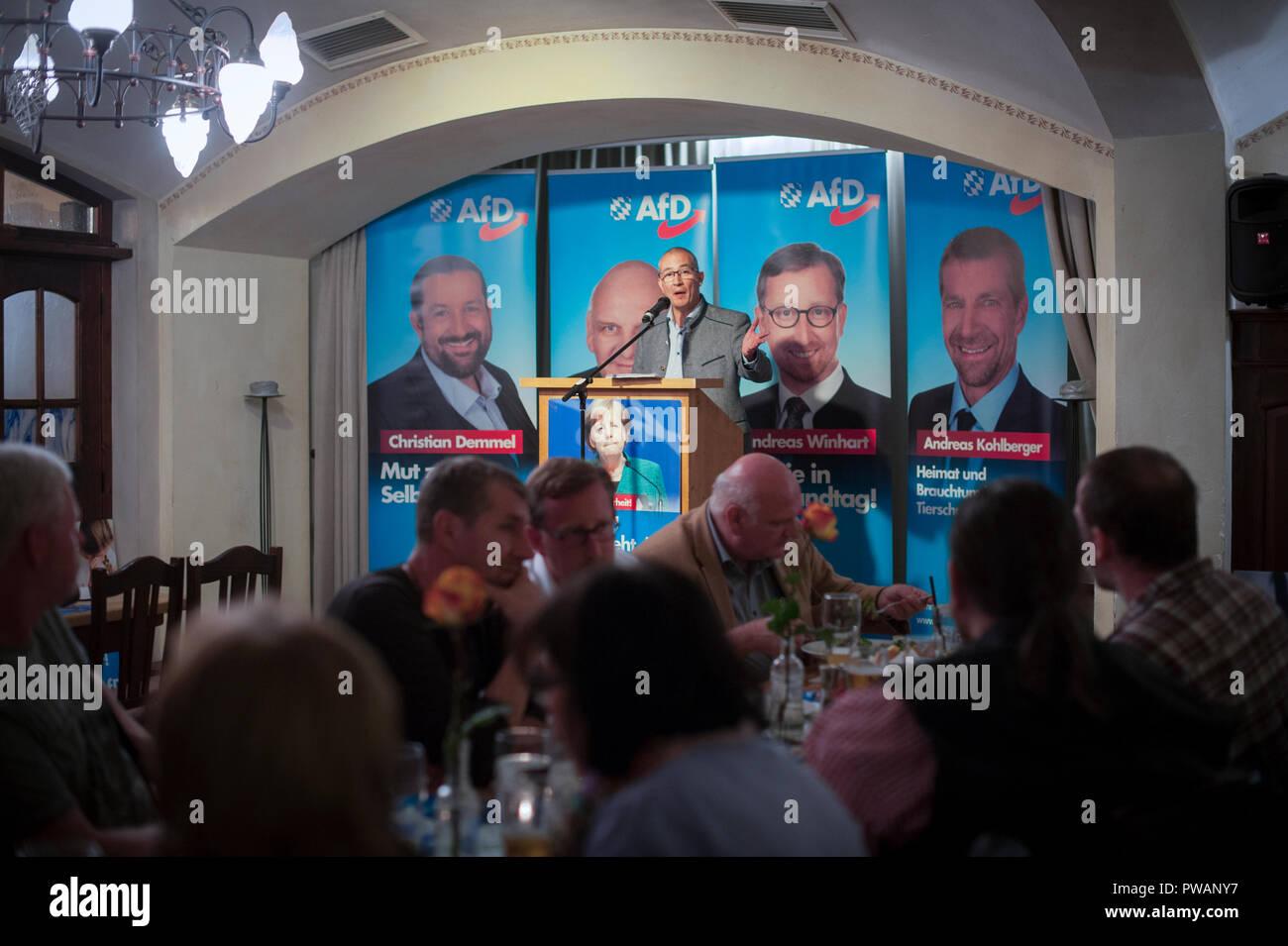Hansjörg Mülleran AfD político en el Bundestag, hablando en un mitin electoral AfD reunión en un Bierkeller en Rosenheim, Baviera, Alemania. Imagen De Stock