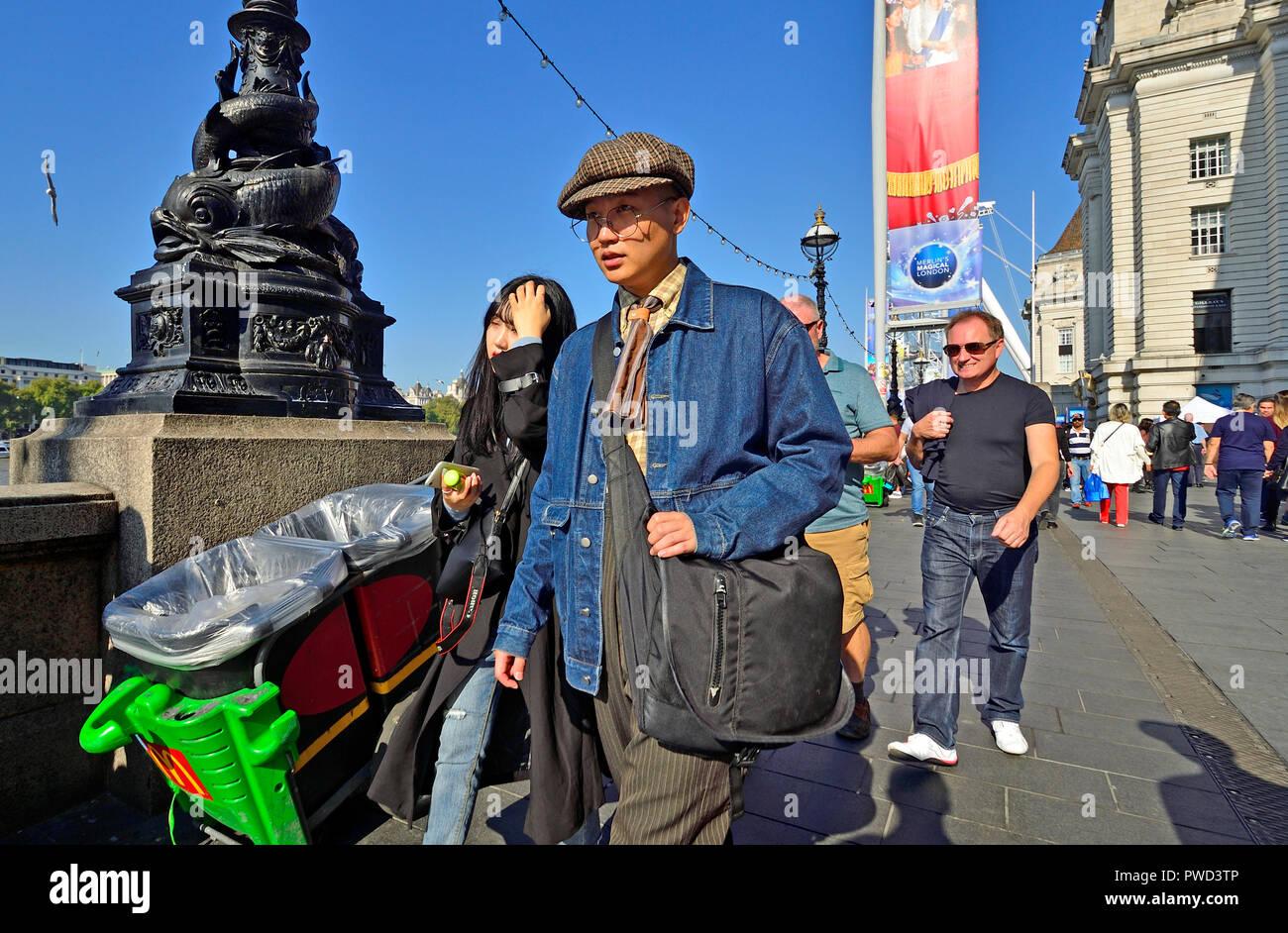 Dos jóvenes japoneses caminando en el South Bank, Londres, Inglaterra, Reino Unido. Imagen De Stock
