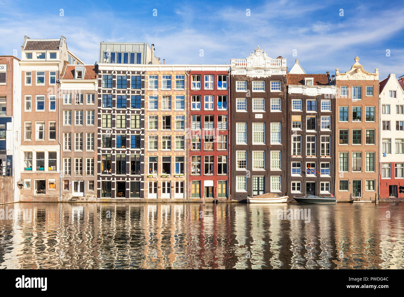Ámsterdam alberga en Damrak, parcialmente llenos en canal casas de baile con arquitectura holandesa por el canal de Amsterdam Holanda Holanda UE Europa Imagen De Stock