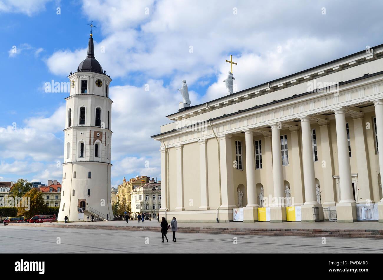 Y el campanario de la Catedral de Vilnius, Vilna, Lituania Foto de stock