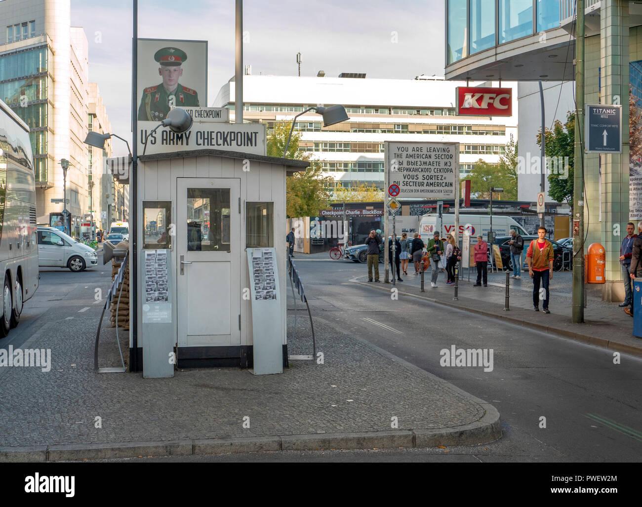 C o Checkpoint Checkpoint Charlie el Muro de Berlín se sitúa en el punto de cruce entre Berlín Oriental y Berlín occidental. Imagen De Stock