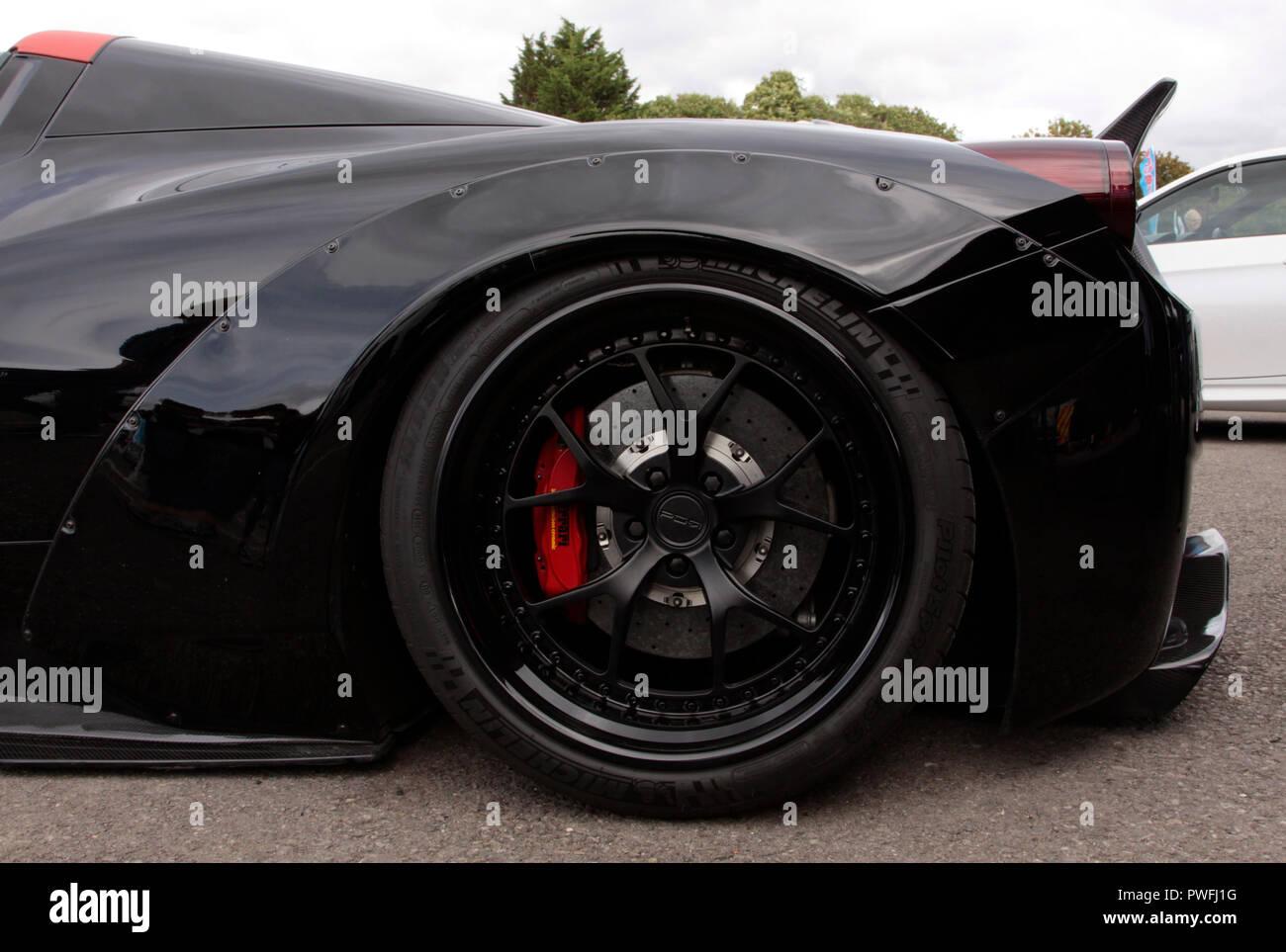 Ferrari negro, aisladas, exposición de coches Foto de stock
