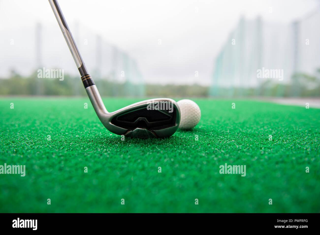 8dbfdb7a91 Club de Golf y bola sobre una alfombra de césped sintético en un campo de  entrenamiento
