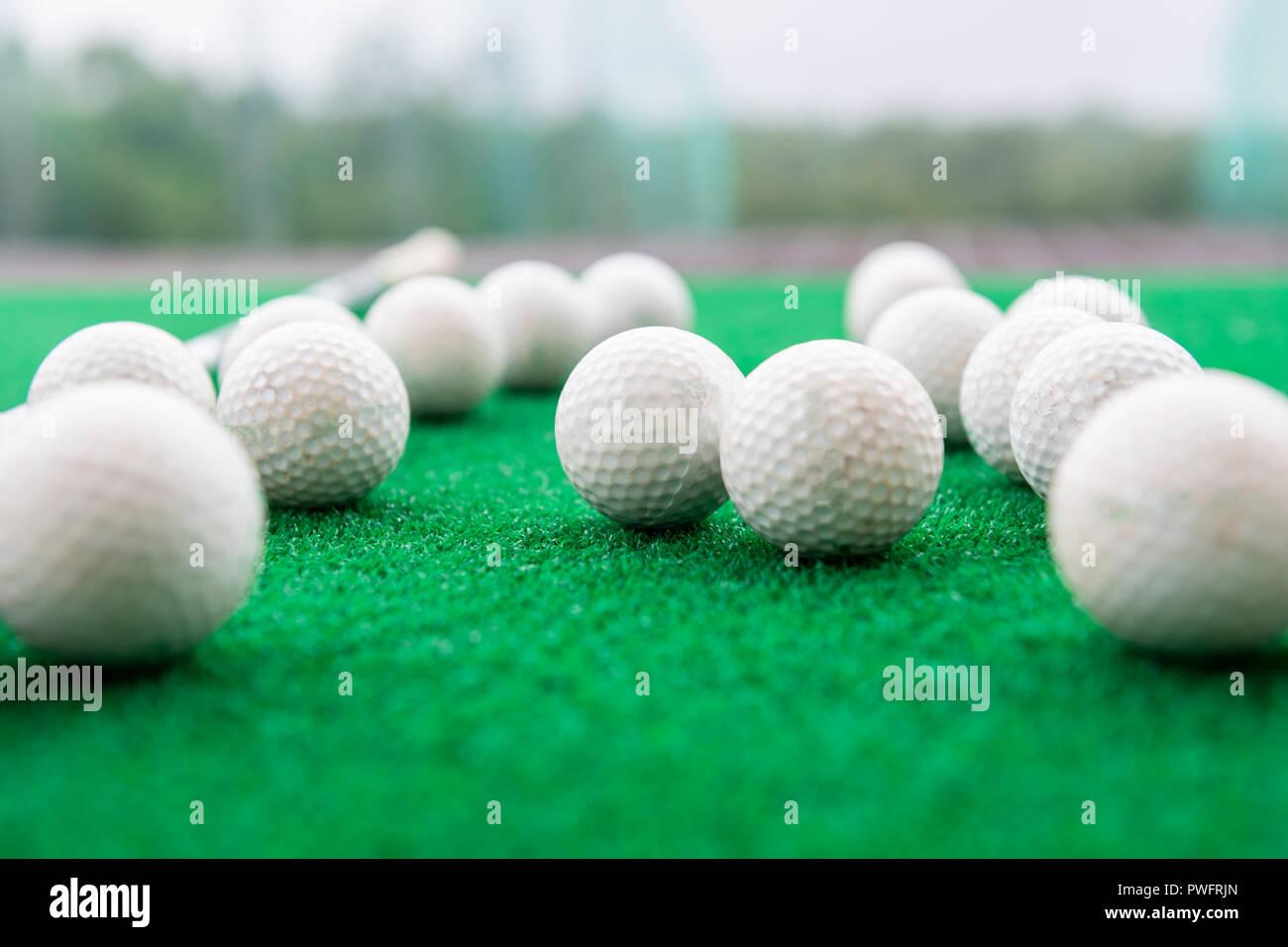 fa3307589a Pelotas de golf sobre una alfombra de césped sintético en un campo de  entrenamiento. Imagen