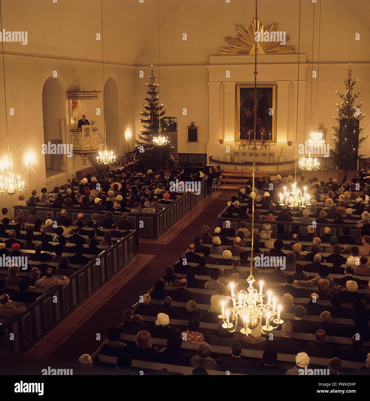 Servicio temprano en el día de Navidad. Interior de una iglesia donde las  personas están b73ed54e6e1