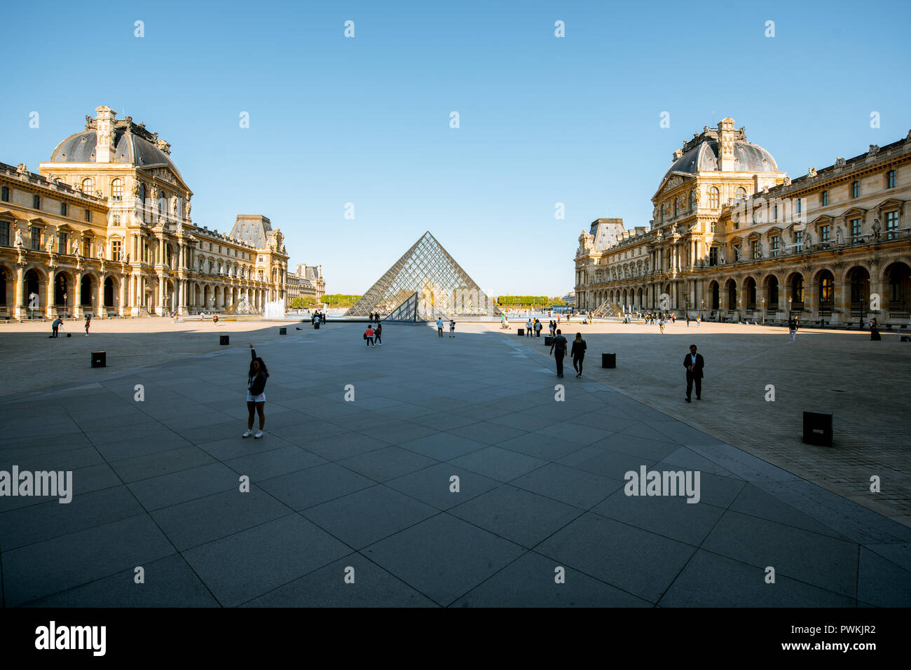 París, Francia - Septiembre 01, 2018: Ver en el museo del Louvre con pirámides de vidrio, el museo de arte más grande del mundo y un monumento histórico en París Foto de stock