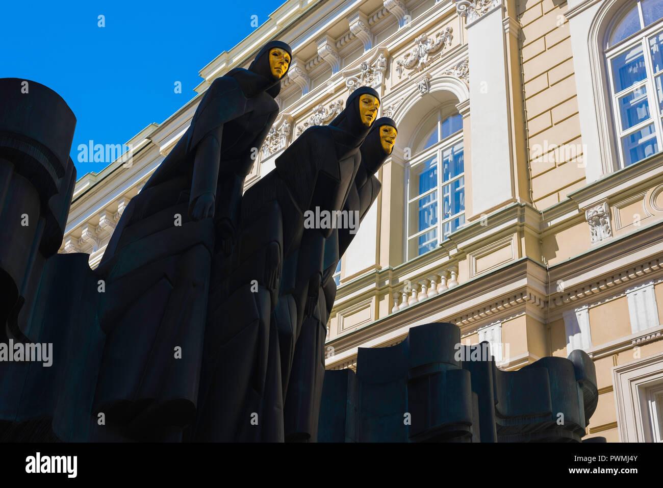 Vilnius tres Musas, vista de las tres Musas estatua situada encima de la entrada del Teatro Nacional de Lituania, Vilnius, Lituania. Foto de stock