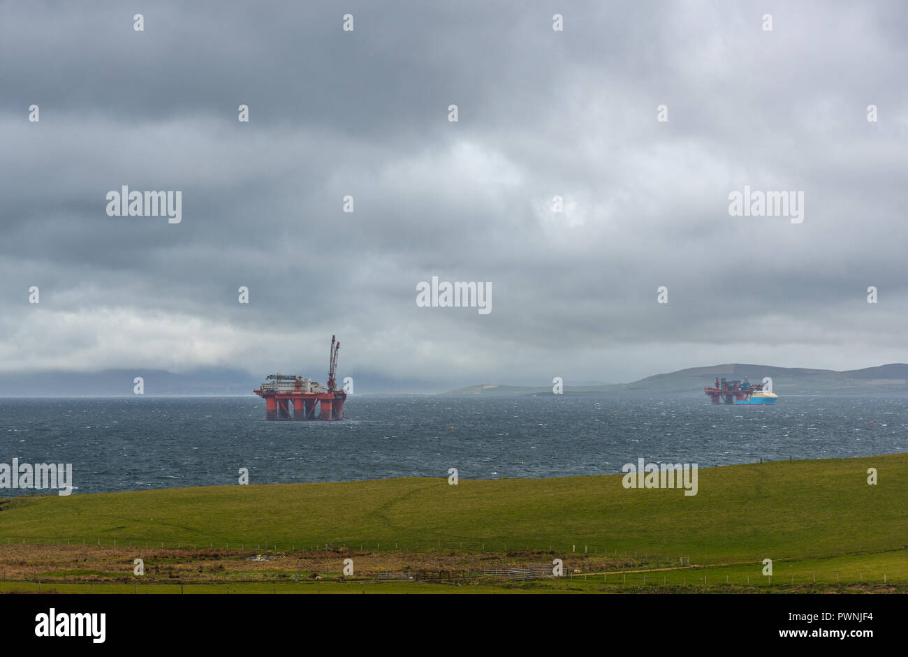 341746667 Las plataformas petrolíferas en el Mar de Nothern, Sapa, Península de flujo  ,Las Islas Orkney, Escocia