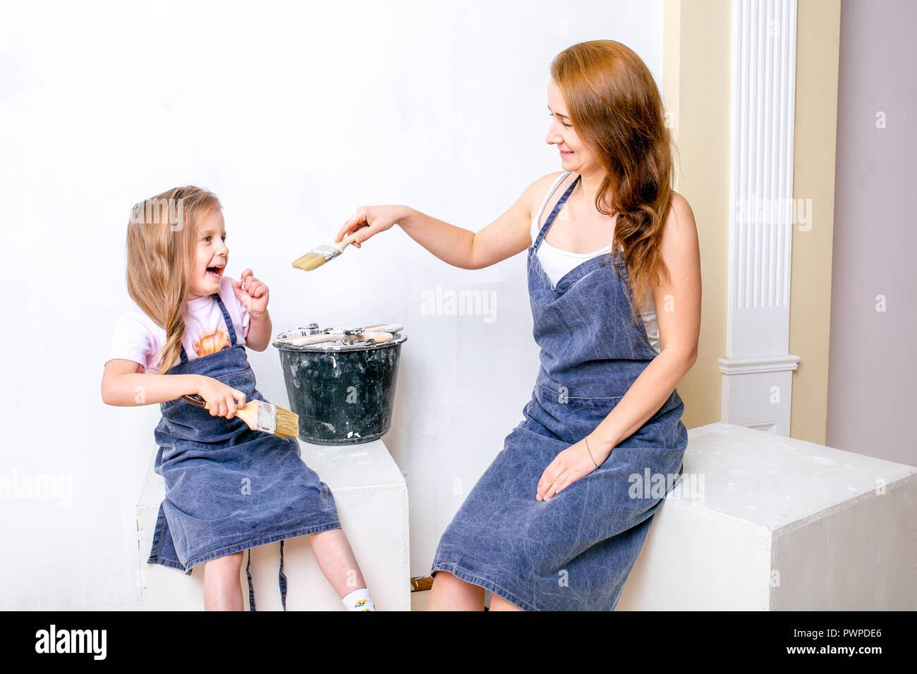 Reparaciones En El Apartamento Familia Feliz Madre E Hija En