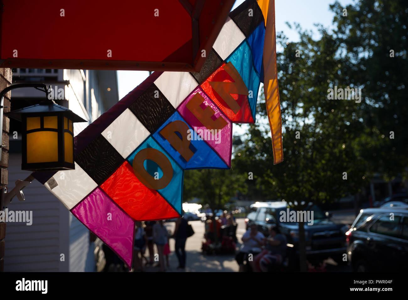 Tienda de negocios abiertos coloreados sobre un signo distintivo - Saugatuck, MI Imagen De Stock