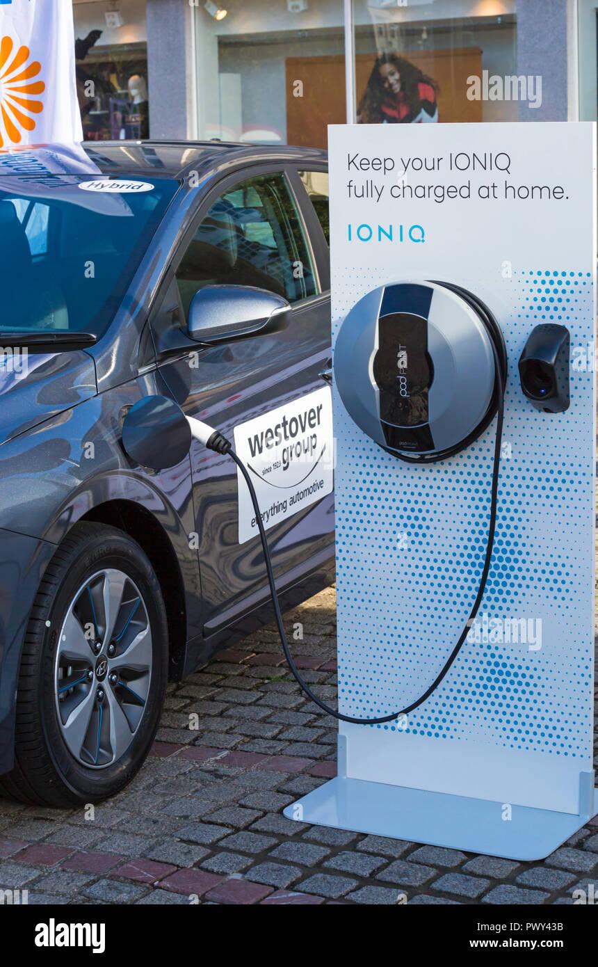 Bournemouth, Dorset, Reino Unido. 18 Oct 2018. Lo último en eléctricos y vehículos de emisiones ultra bajas (ULEVs) se exhibió en Bournemouth cuadrado como parte de la Semana Verde del gobierno GB Verde (Gran Bretaña) para celebrar la semana limpiar el crecimiento y promover la más avanzada, ecológico y rentable de los modelos de vehículos eléctricos utilizando la última tecnología innovadora de algunos de los principales fabricantes de automóviles del mundo. Mantenga su IONIQ completamente cargada en casa - IONIQ coche híbrido está cargando. Crédito: Carolyn Jenkins/Alamy Live News Foto de stock
