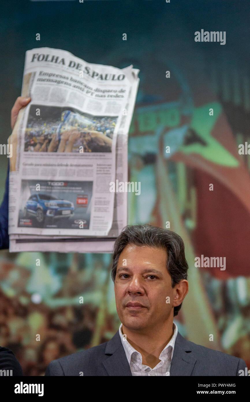 SP - Sao Paulo - 18/10/2018 - Fernando Haddad Encontro com Juristas pela Democracia - o jornal Folha de Sao Paulo, que trouxe matéria sobrios possivel crimen eleitoral de Jair Bolsonaro, atras hacer un candidato Presidencia da Republica pelo Partido dos Trabalhadores, PT, Fernando Haddad, que participou na manha desta quinta feira 18, de evento entitulado, Encontro com Juristas pela Democracia, em hotel da Zona Sul da Cidade de Sao Paulo. Foto: Suamy Beydoun/AGIF Imagen De Stock