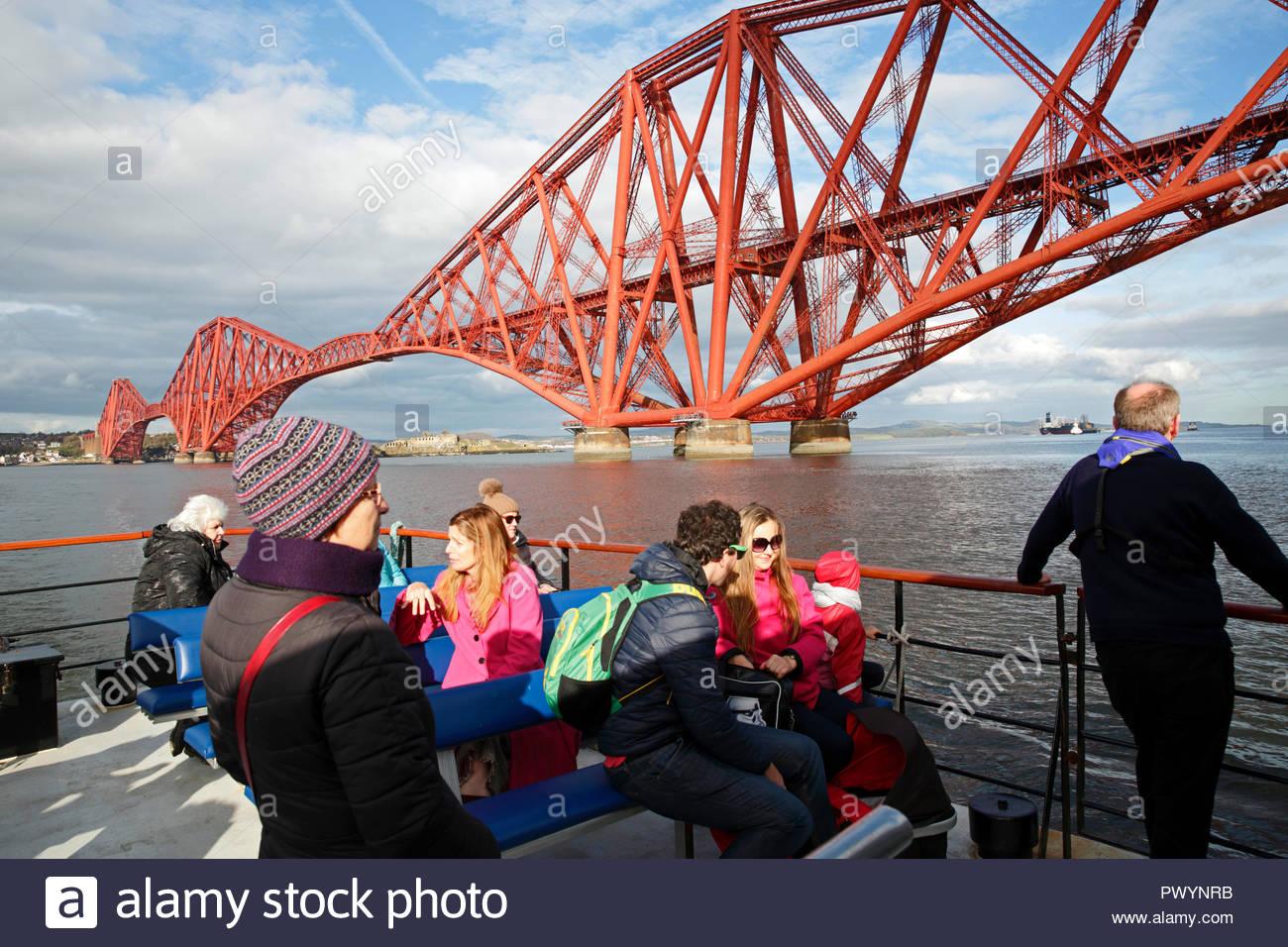 Los turistas a bordo de un barco turístico del puente Forth, Firth of Forth y las islas, South Queensferry, Escocia Imagen De Stock