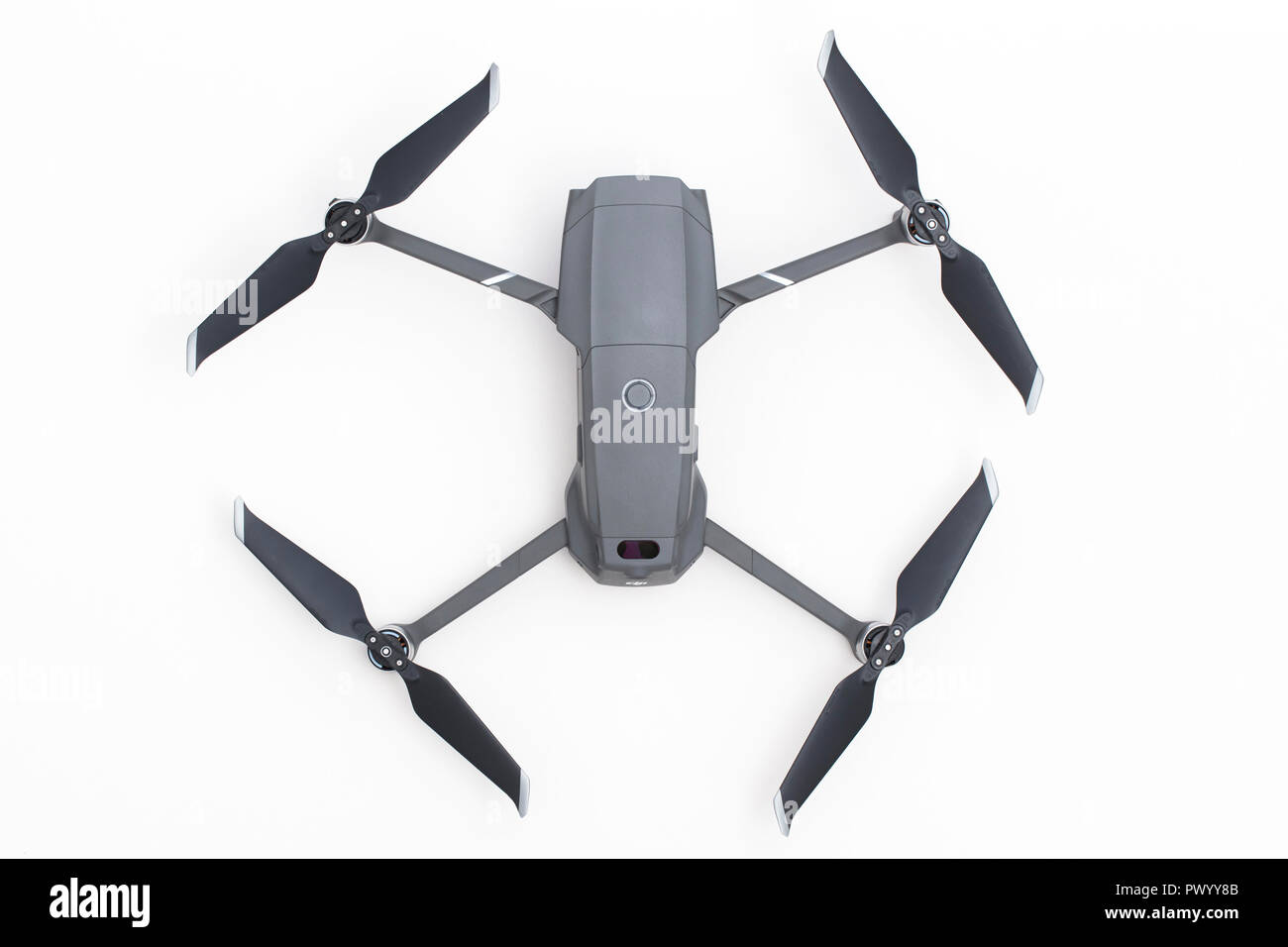 Londres, Reino Unido - 18 de octubre 2018: DJI Mavic Pro 2 antena drone cámara sobre un fondo blanco. Foto de stock