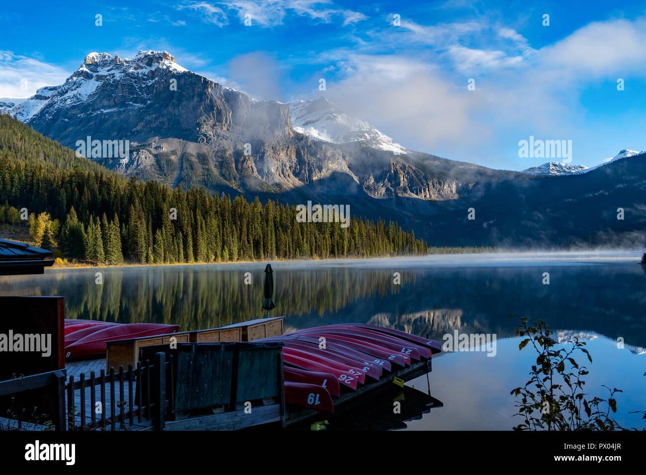 Temprano por la mañana en el lago Esmeralda en el Parque Nacional Yoho, British Colombia, Canadá Foto de stock