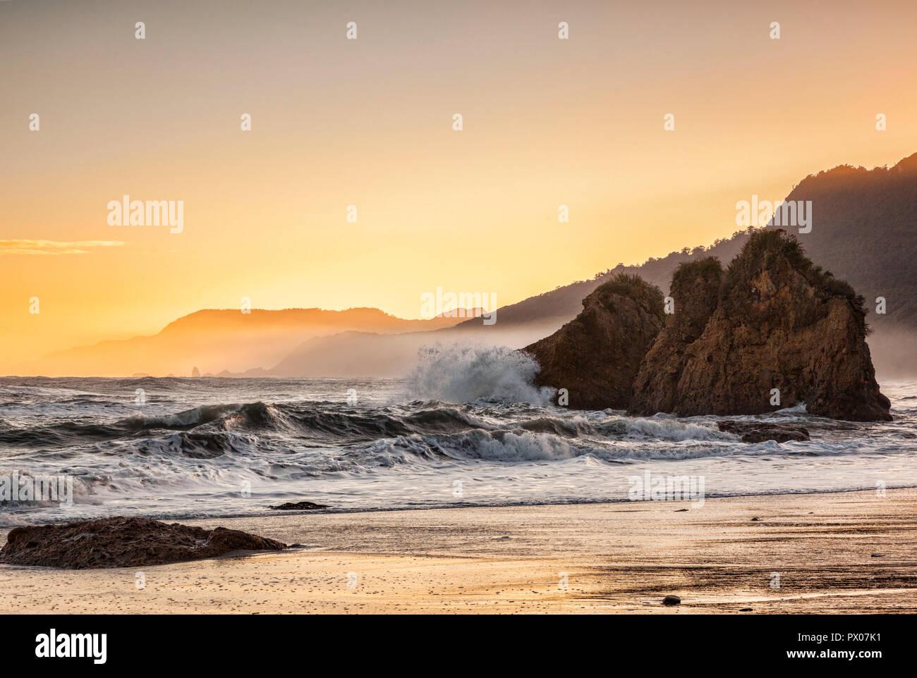 Una salvaje mañana en la Bahía del pájaro carpintero, el Parque Nacional de Paparoa, Costa oeste, Nueva Zelanda Imagen De Stock