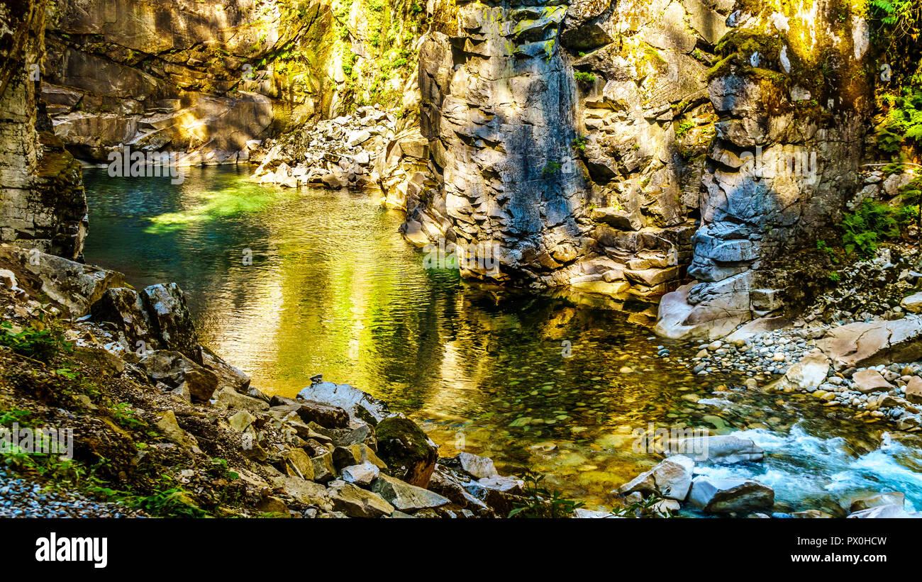 La Coquihalla River en la Coquihalla Canyon y el Parque Provincial de los viejos túneles Othello Kettle Valley Railway de BC en la ciudad de esperanza, Canadá Foto de stock