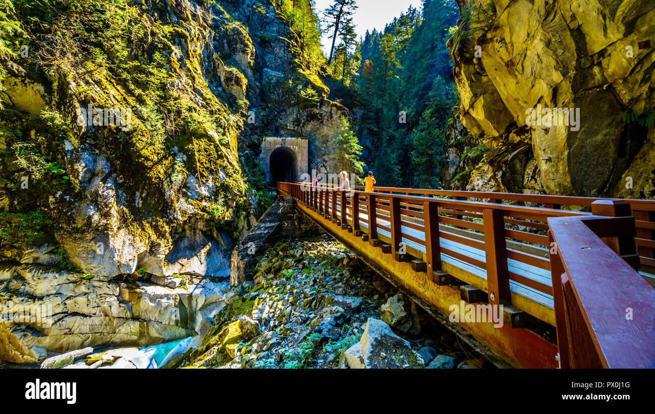 Los puentes que conectan los túneles Othello talladas por la Coquihalla cañón para el ahora abandonado Kettle Valley Railway, cerca de la ciudad de la Esperanza, A.C. Foto de stock