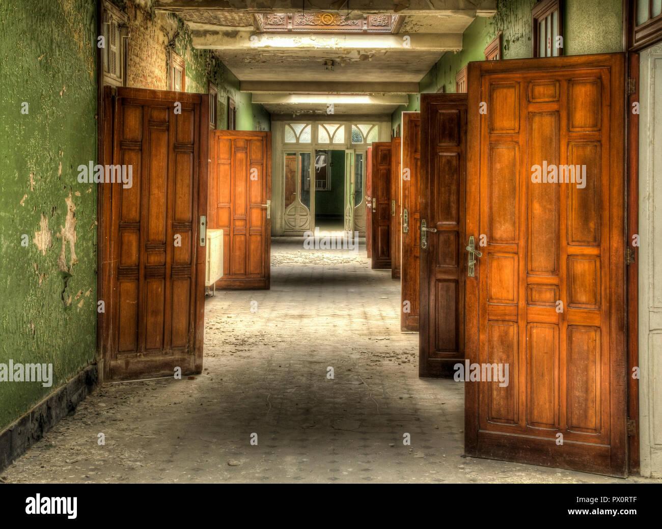 Vista Interior Con Hermosas Puertas De Madera En Una Piscina