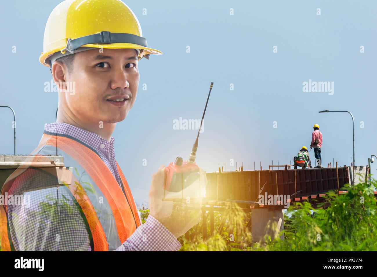 El liderazgo es muy necesaria para ser un líder, el trabajo de construcción necesita certezas, preciso, precisión, los ingenieros están en construcción, uso de control com Imagen De Stock