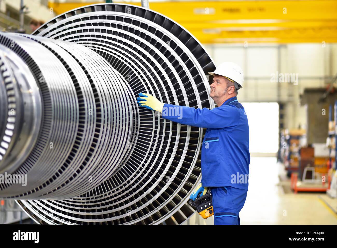 Los trabajadores de fabricación de turbinas de vapor en una fábrica industrial Imagen De Stock