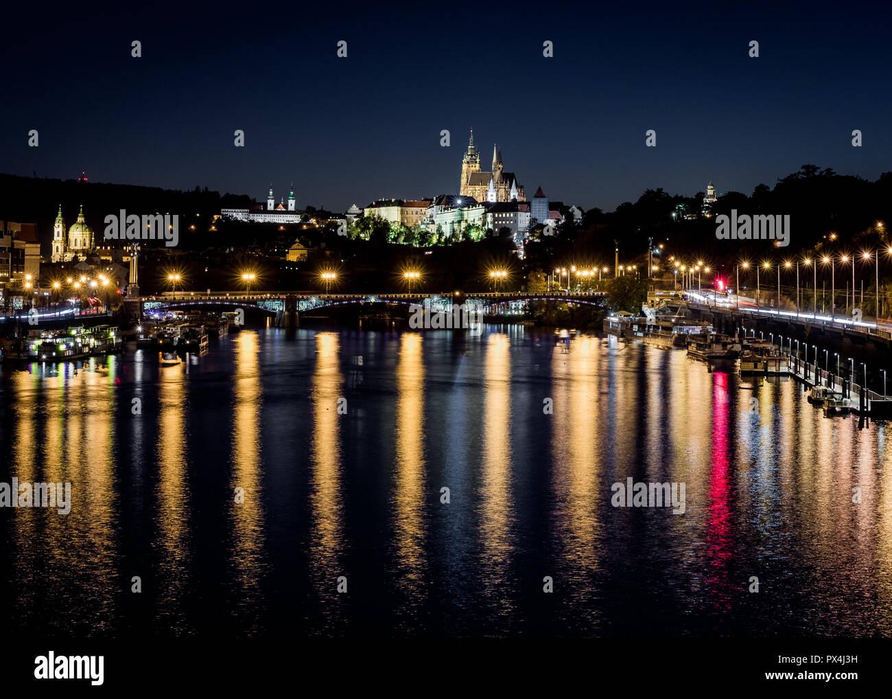 Noche en el río Moldava, las luces de la catedral de Praga Foto de stock