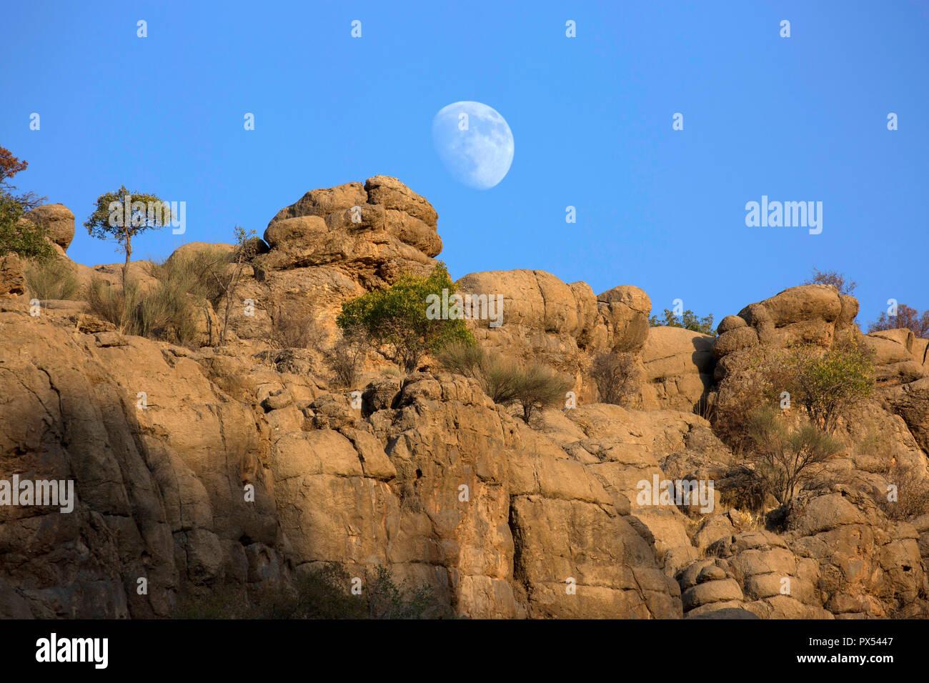Luna elevándose sobre sedimentos de Zagros Foto de stock