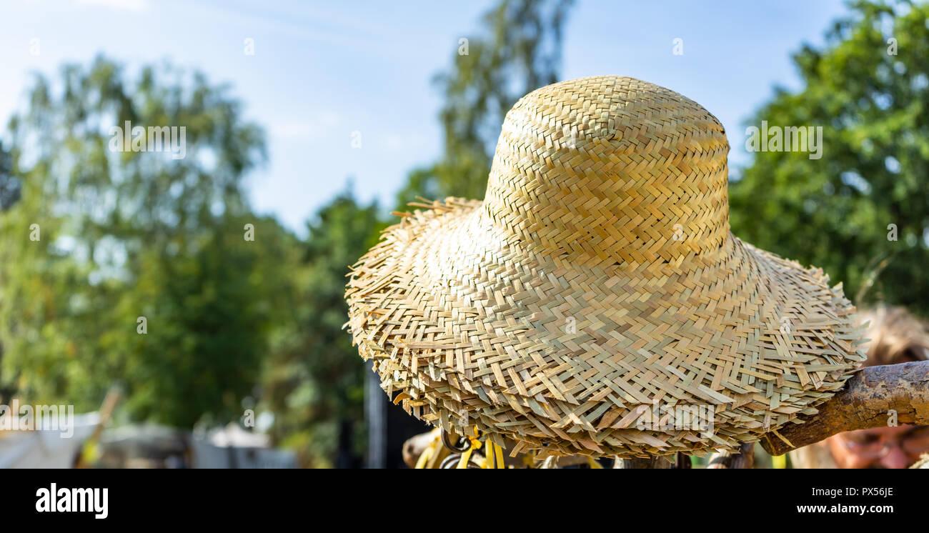 Sombreros de paja en el sol en un montón para la venta. Imagen De Stock 84af666b3f2a