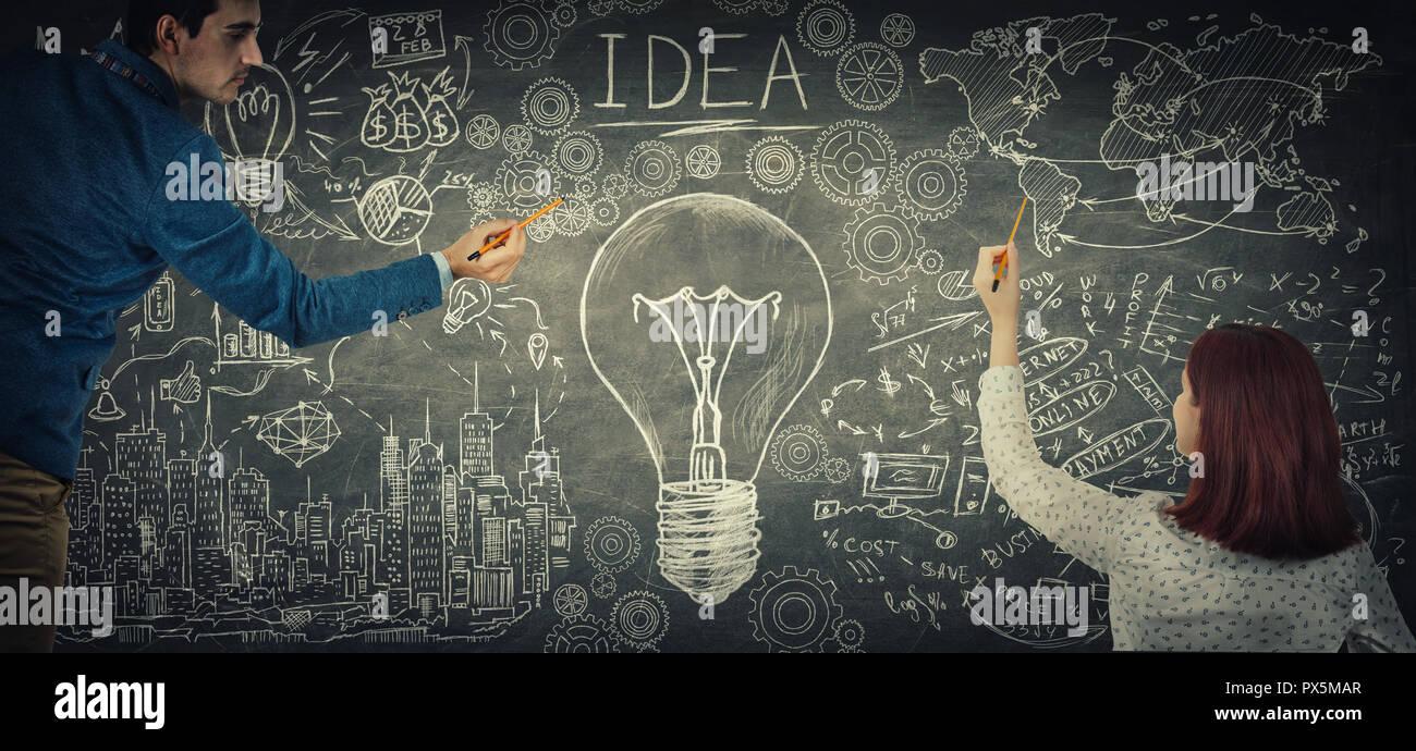 El hombre y la mujer comparten ideas juntos el dibujo de una gran bombilla bosquejo en el pizarrón. La gente para el intercambio de ideas, la asociación empresarial y el trabajo en equipo innova Imagen De Stock