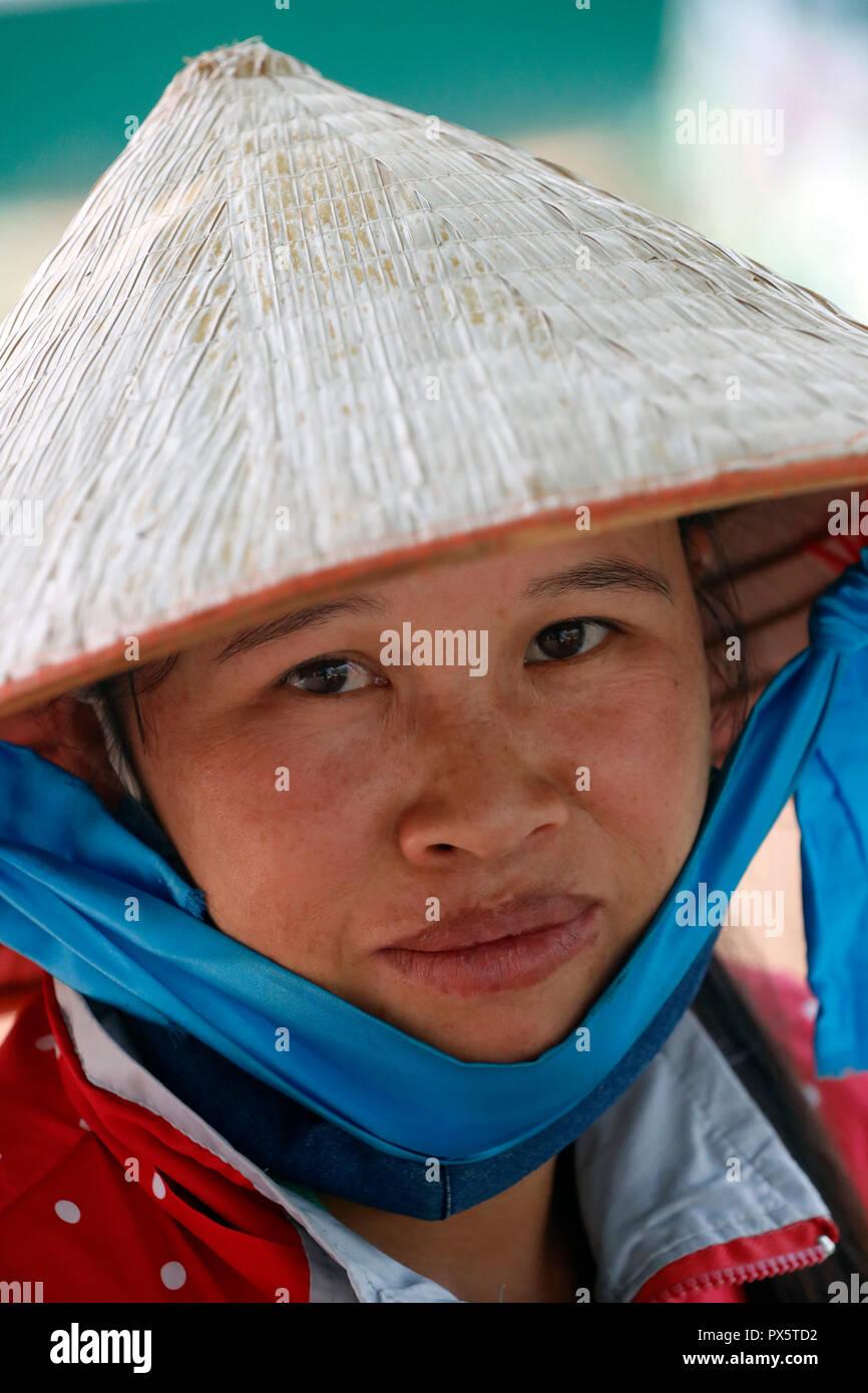 Mujer vistiendo tradicional sombrero cónico. Retrato. Dalat. Vietnam. Foto de stock