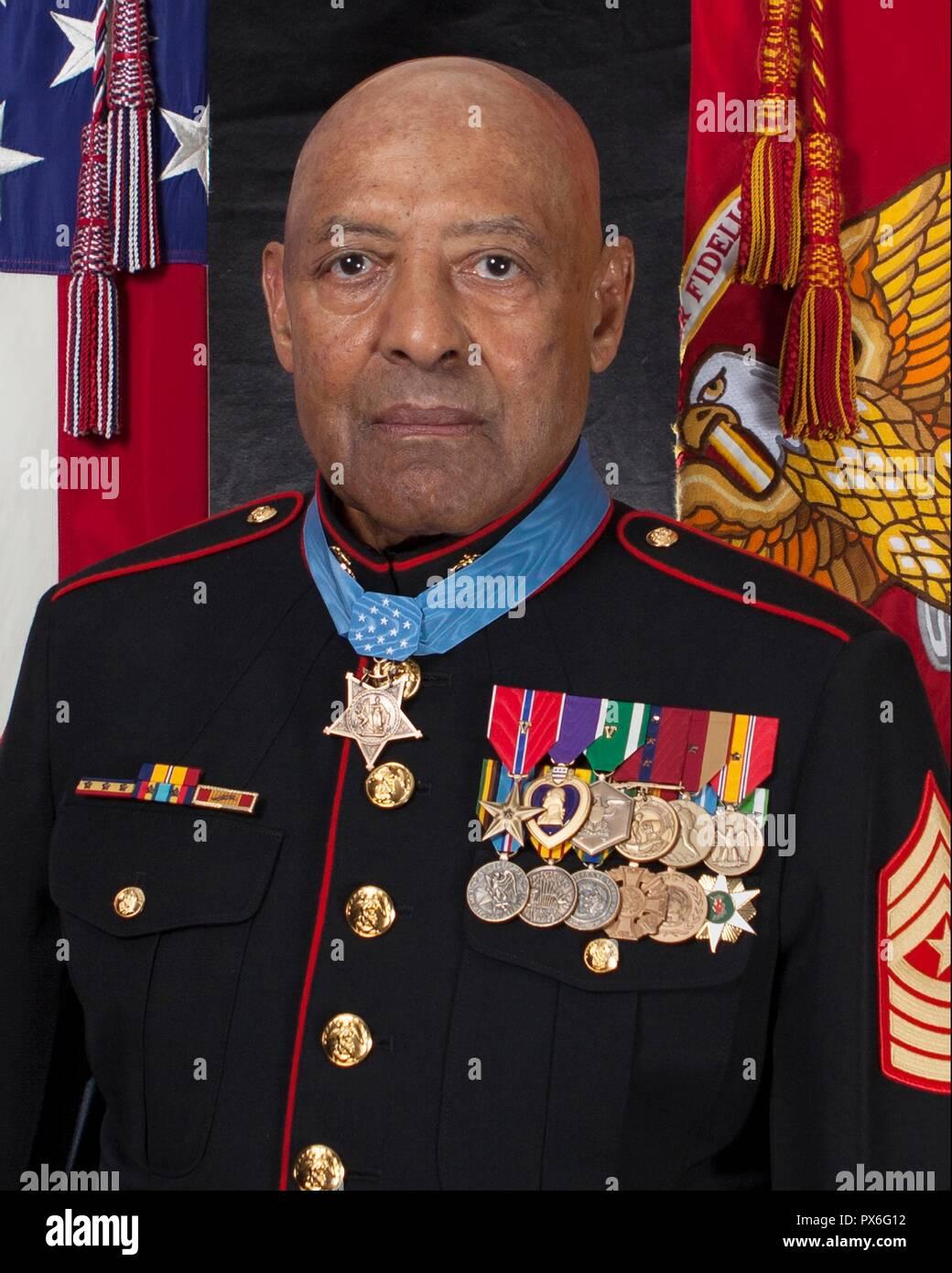 Medalla de Honor se jubiló el sargento de Marina de los EE.UU. Gral. John Canley posa con la medalla por su retrato oficial en el Pentágono el 18 de octubre de 2018, en Washington, DC. Canley recibió el más alto honor para acciones unidas durante la batalla de Hue en la guerra de Vietnam. Foto de stock