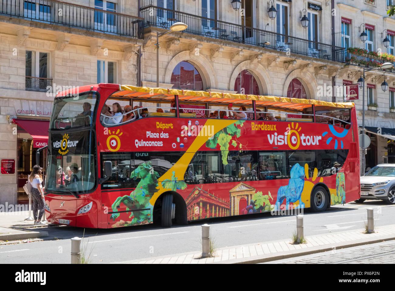 El autobús de recorrido turístico en Bordeaux, Francia, Europa Imagen De Stock