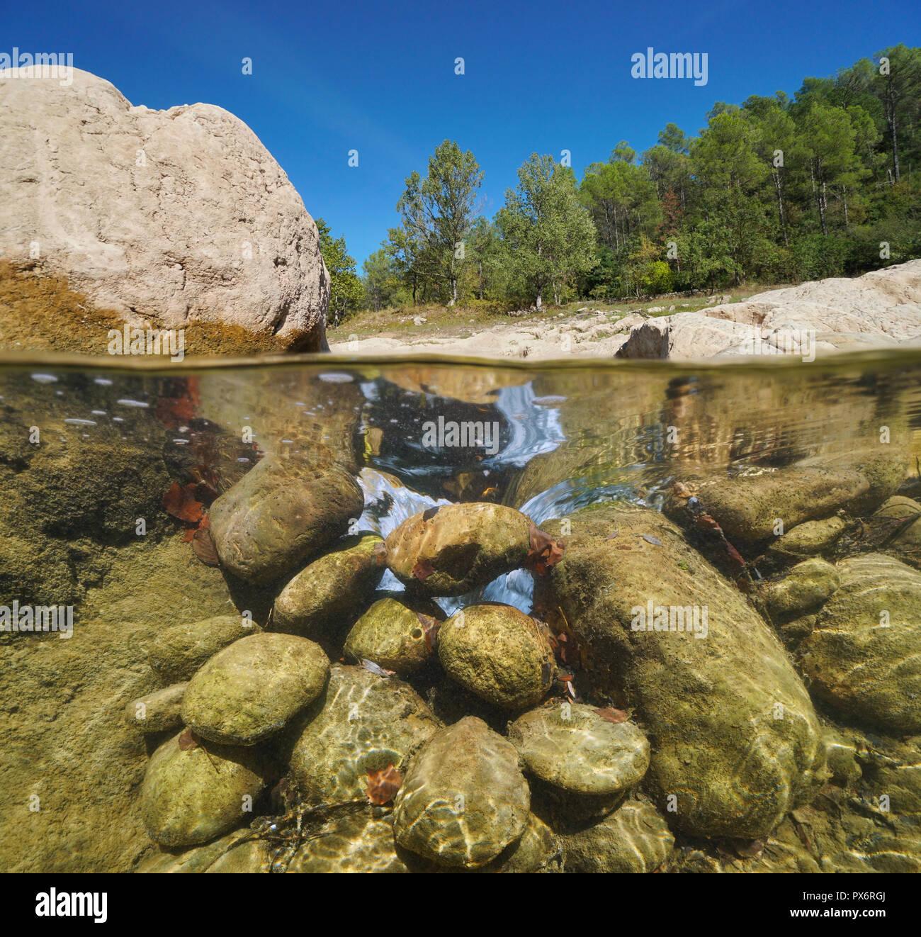 Rocky River, vista dividida por la mitad y bajo el agua, la muga, Alt Emporda Cataluña, España Imagen De Stock
