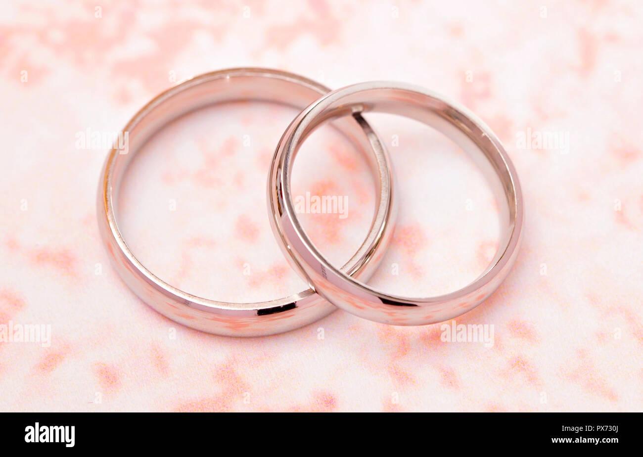 cb6e624b0ab9 Juego de anillos de boda de Oro Blanco simple sobre una tabla Rosa ...