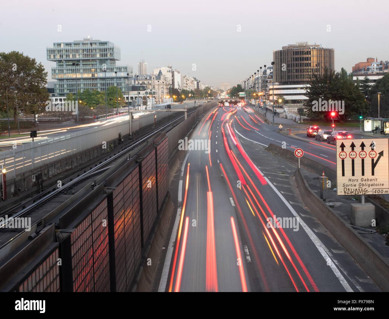 Exposición larga vista de La Defense, el tráfico con el Arco del Triunfo en el fondo Foto de stock