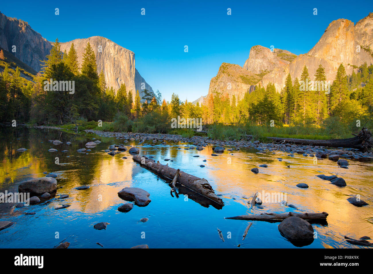 Vista clásica del pintoresco valle de Yosemite con Capitan de carril elevado famoso escalada cumbre y idílico río Merced al atardecer, California, EE.UU. Imagen De Stock