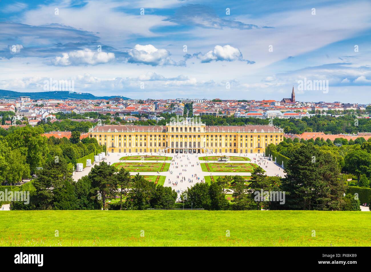 Vista clásica del palacio de Schonbrunn con vistas panorámicas del Gran Jardín del Parterre en un hermoso día soleado con el cielo azul y las nubes en verano, Viena Foto de stock