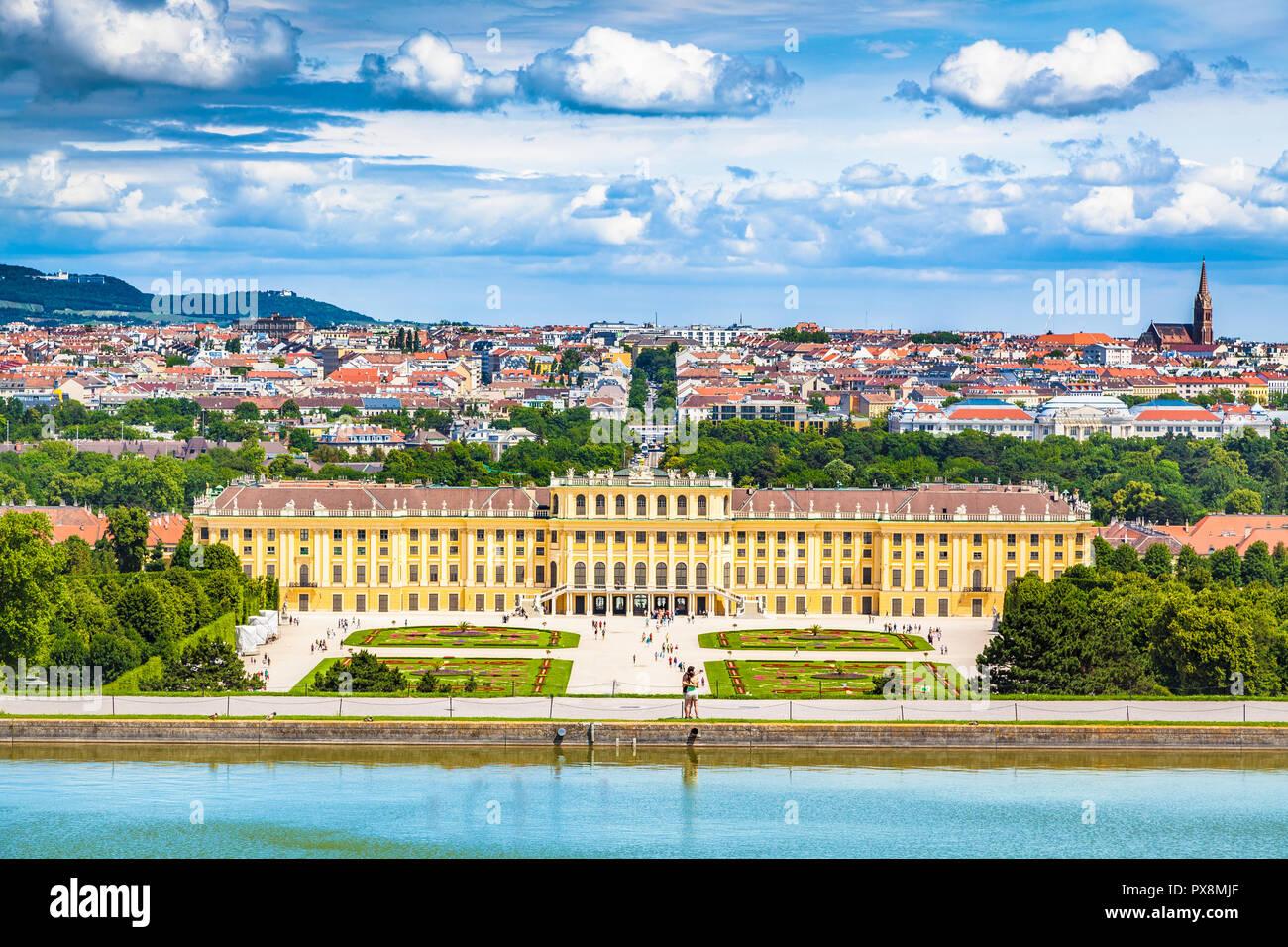 Vista clásica del palacio de Schonbrunn con vistas panorámicas del Gran Jardín del Parterre en un hermoso día soleado con el cielo azul y las nubes en verano, Viena, Austri Foto de stock