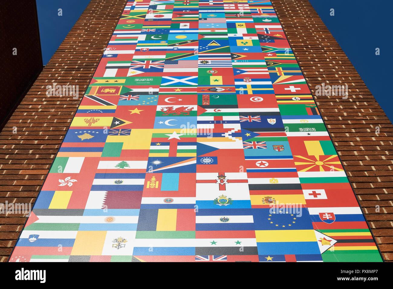 Banderas de diversas naciones del mundo en el exterior de un edificio Foto de stock