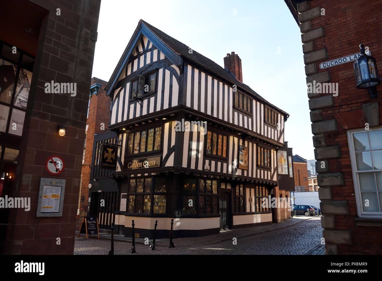 El edificio de entramado de madera medievales de la Cruz dorada pub heno Lane en el centro de la ciudad de Coventry Reino Unido Foto de stock