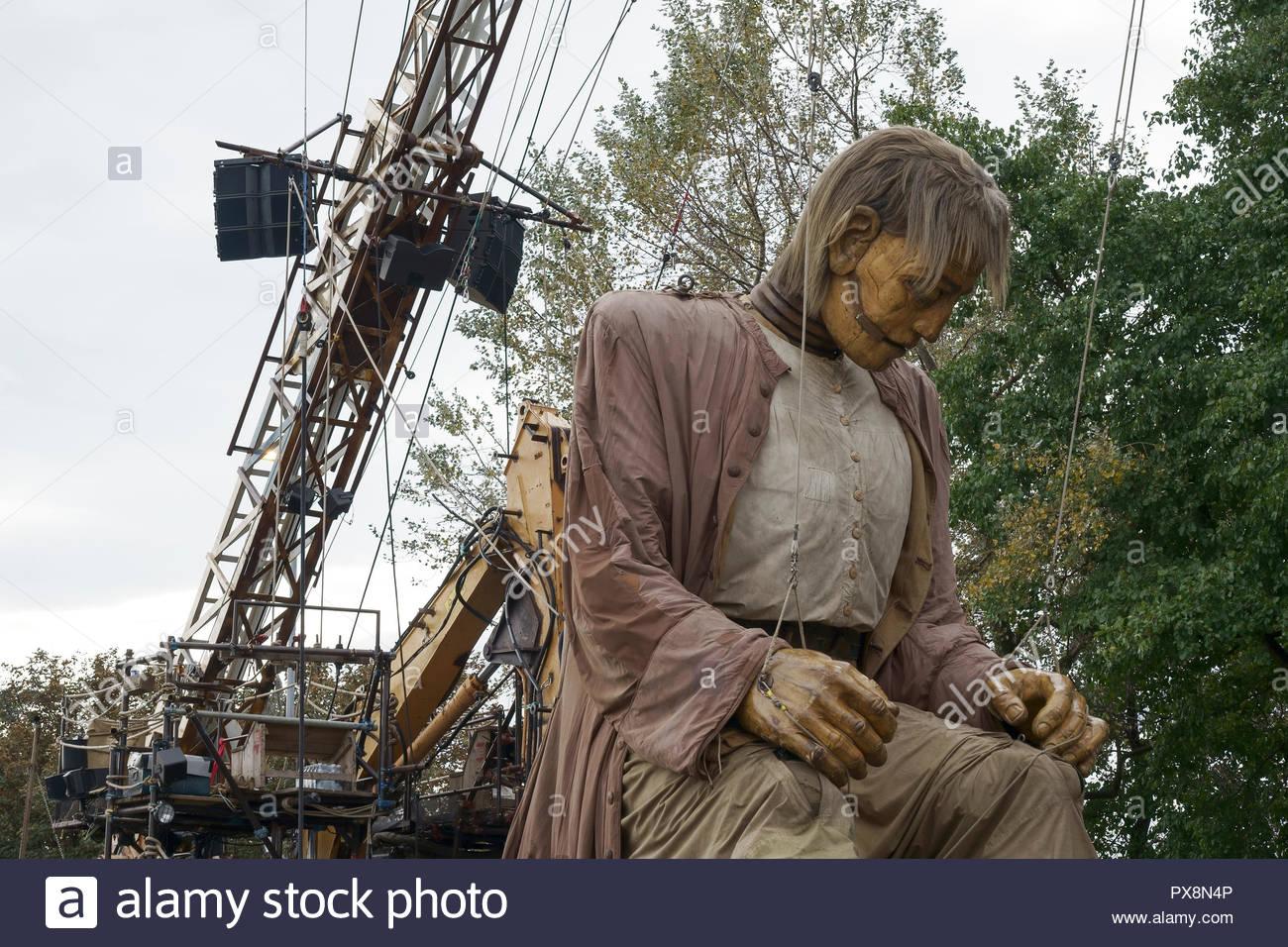 El gigante toma un descanso durante los gigantes espectacular desfile en el centro de la ciudad de Liverpool, Reino Unido Foto de stock