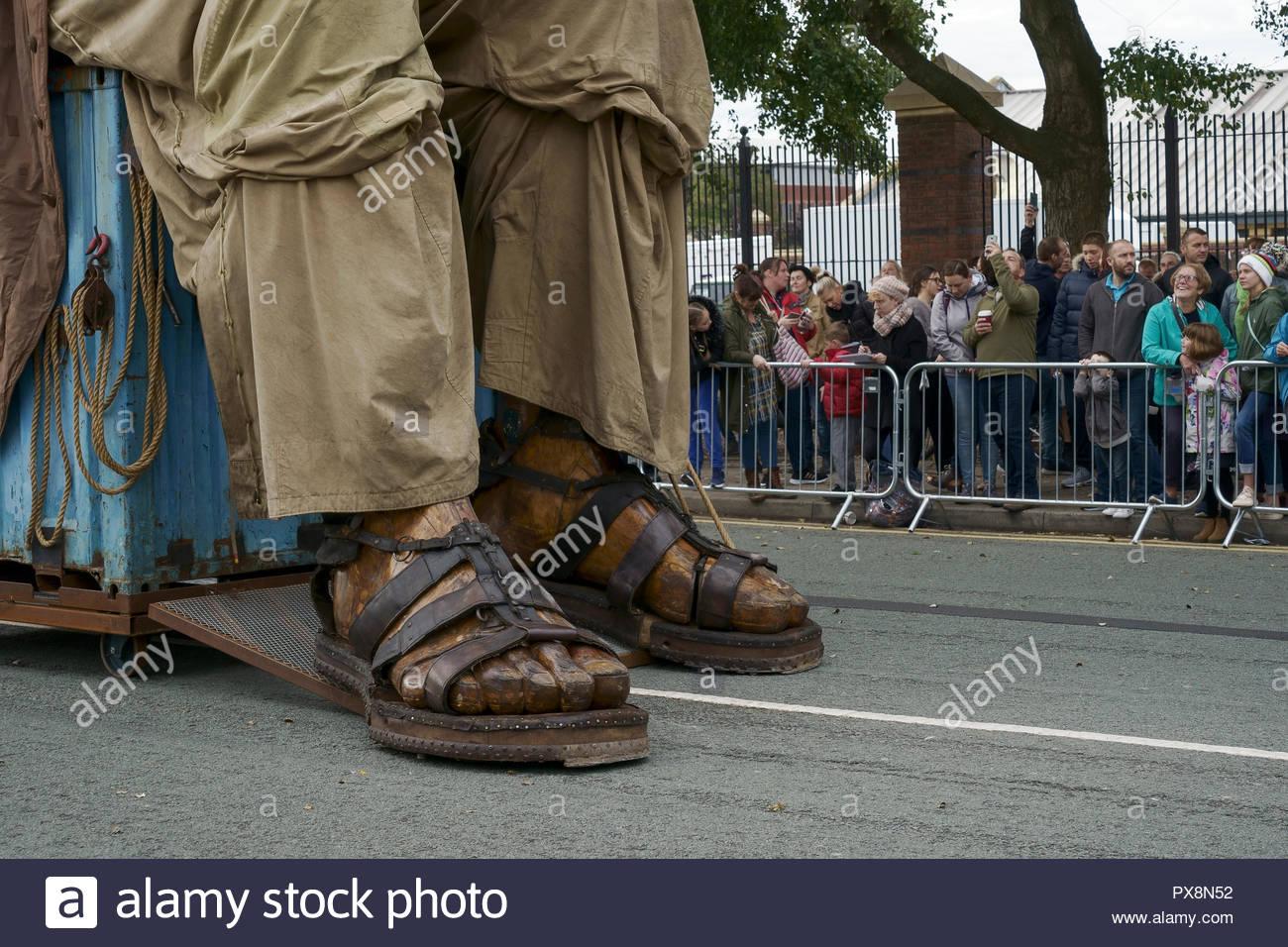 Los pies del gigante durante los gigantes espectacular desfile en el centro de la ciudad de Liverpool, Reino Unido Foto de stock