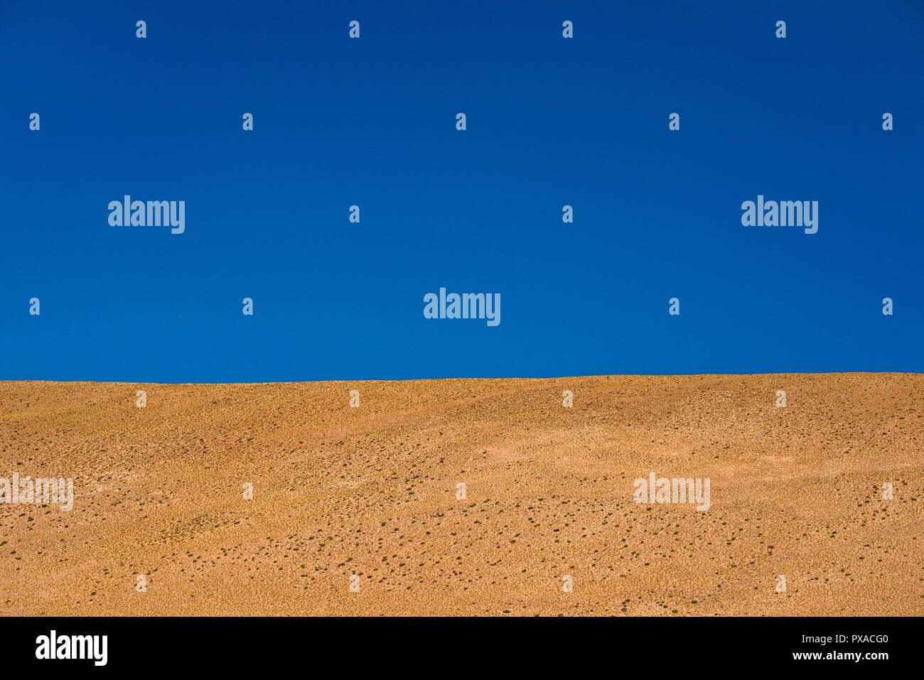 Línea de horizonte entre el desierto y el azul del cielo sin nubes Imagen De Stock