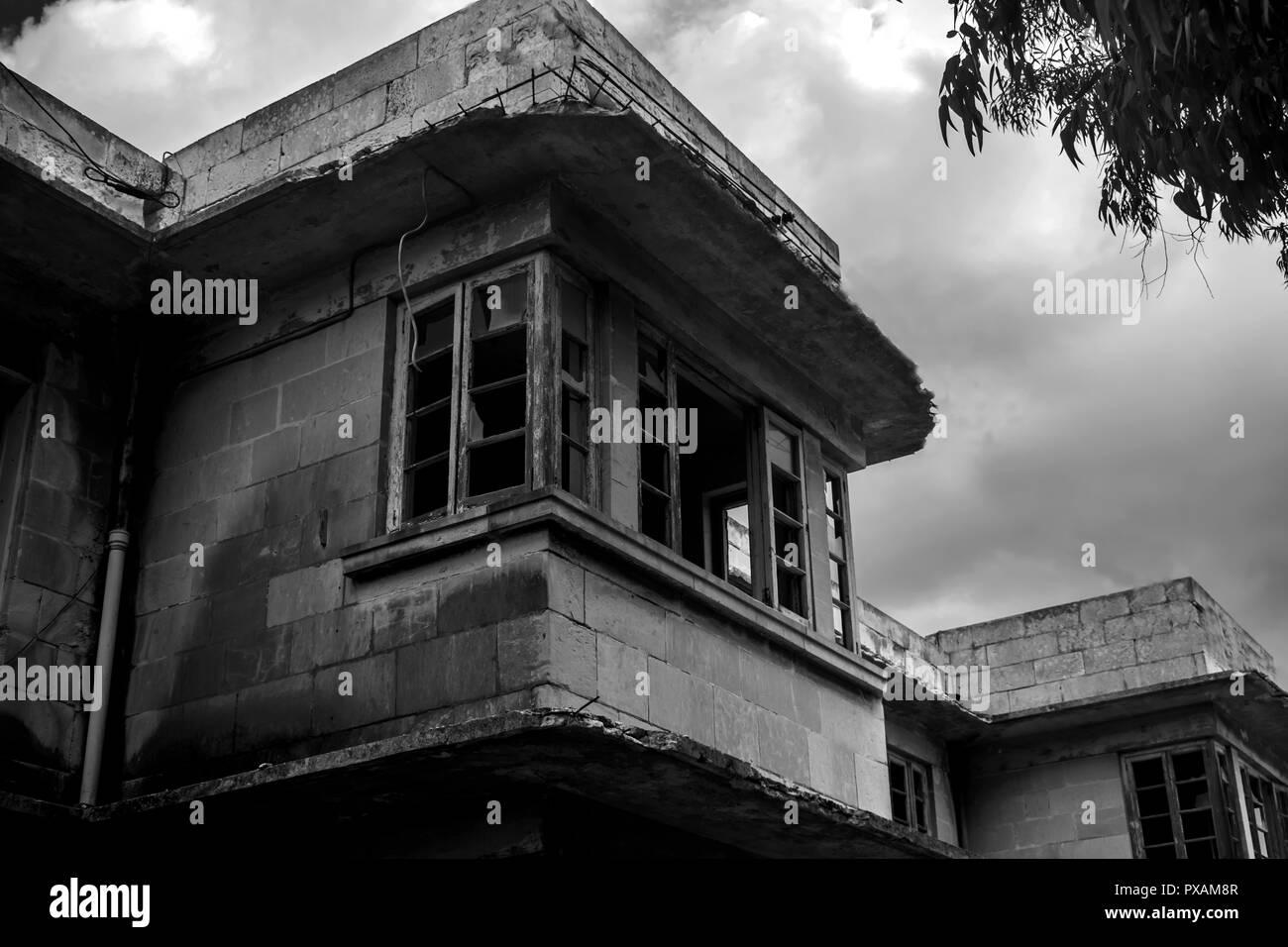 Un balcón de miedo en blanco y negro Foto de stock