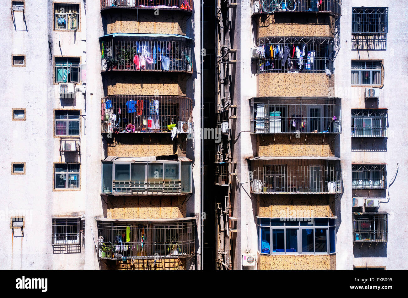 Una imagen ampliada de apartamento buildingsand colgando ropa en el distrito de Luohu, en la ciudad de Shenzhen, China. Imagen De Stock