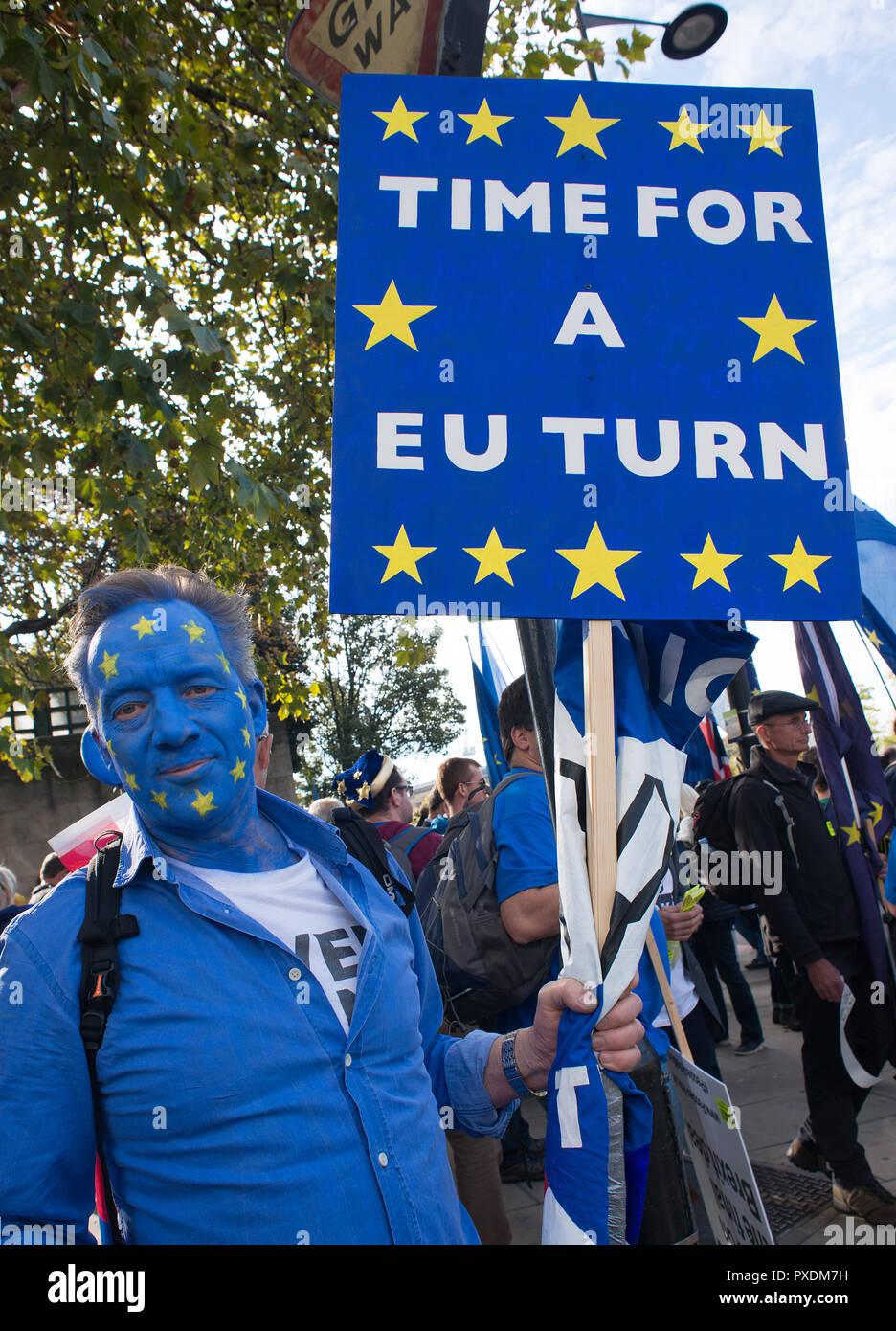 Siendo los manifestantes en la campaña voto popular de marzo, exigiendo un voto final sobre la Brexit tratar,miles de personas marcharon por el centro de Londres para ser escuchado. Foto de stock