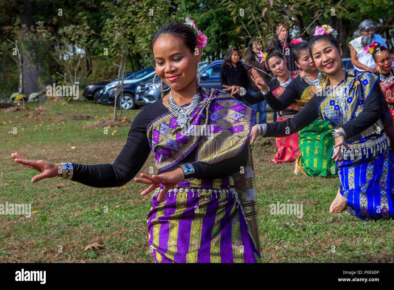 Bedford, MA, USA - 21 Oct 2018: Thai bailarines Apsara realiza en el final de la cuaresma celebración anual celebrado en el templo de Wat Boston Vararam Buda, un templo Budista Theravada Tailandés. Imagen De Stock