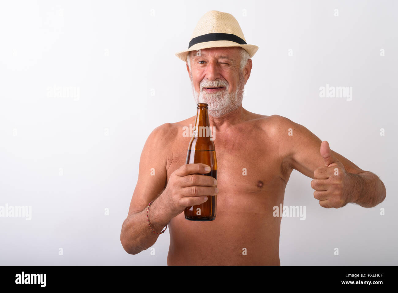 Descamisados altos hombre sujetando la botella de cerveza contra el fondo  blanco. Imagen De Stock 8ac806d7df9d