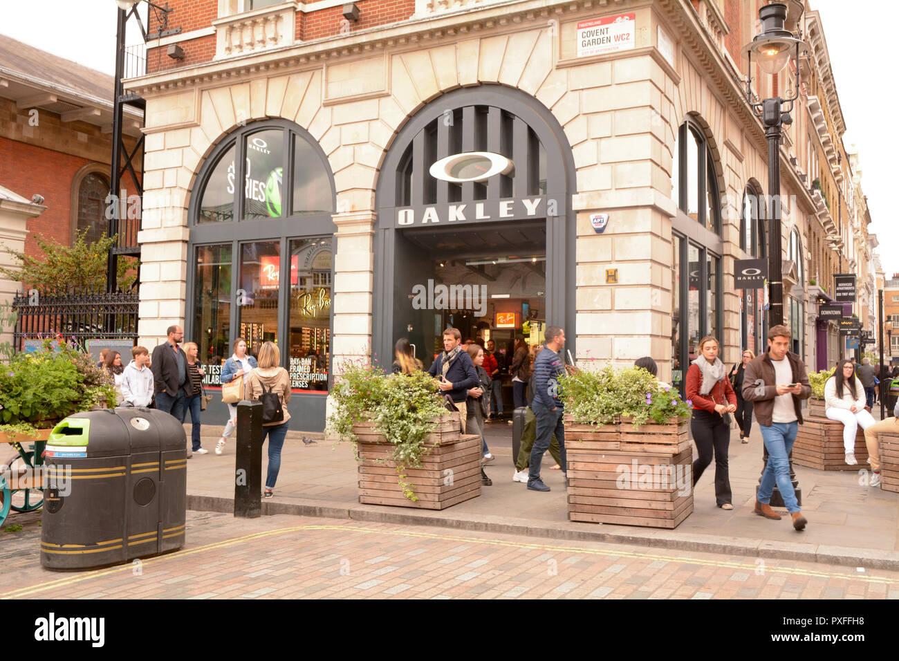 Las personas fuera de la ajetreada tienda de ropa y gafas de sol Oakley en  Covent ab16588c9fd0a